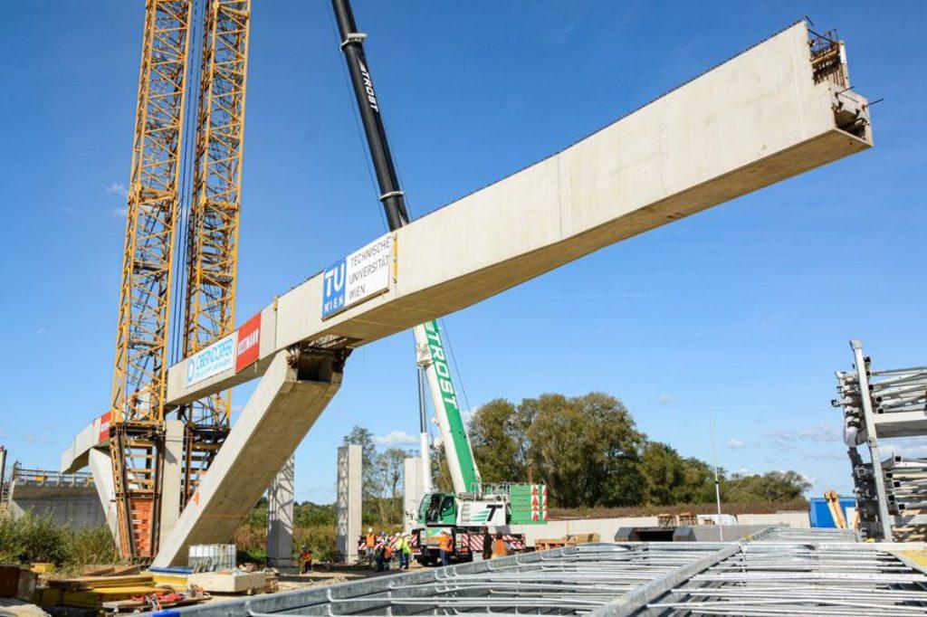 Brückenbautechnik : Die Brücke wird vertikal errichtet und dann ausgeklappt.