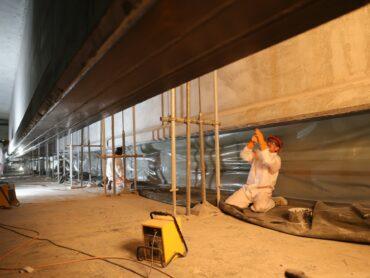 Beton und CFK: Vorgespannte Lamellen stabilisieren alte Bauwerke