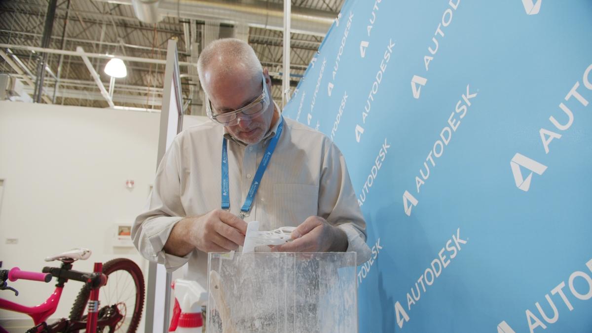 autodesk_chuck-kennedy-von-farsoon-technologies-arbeitet-an-einem-generativ-designten-teil